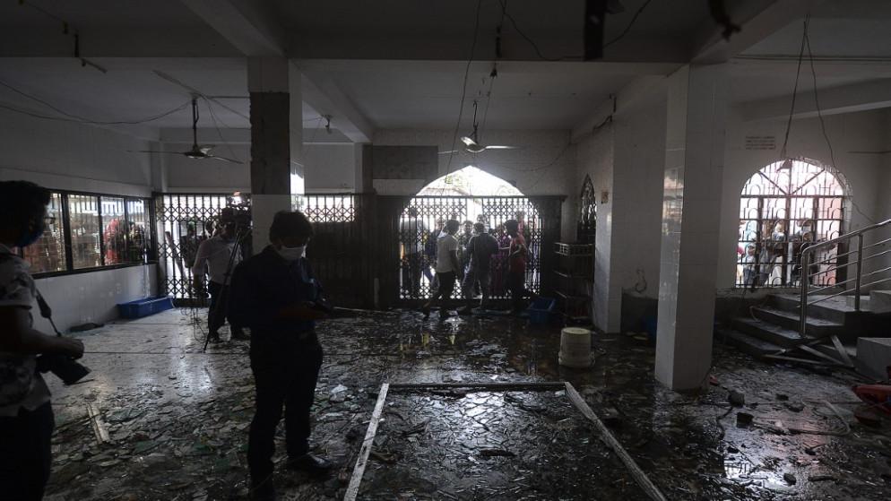 جانب من الانفجار الذي يرجح سببه تسرب غاز من خط أنابيب في مسجد في بنغلادش. (أ ف ب)