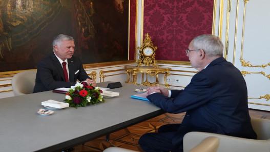 الملك خلال مباحثات مع رئيس النمسا يؤكد على ضرورة التوصل إلى حلول سياسية لأزمات المنطقة