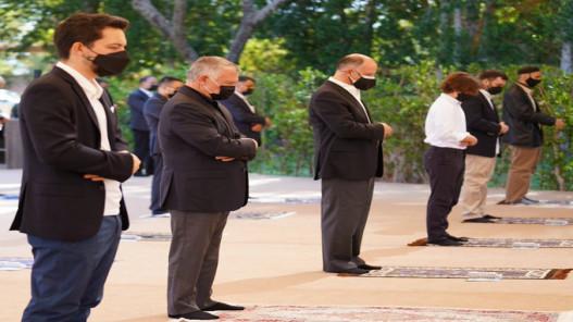الملك وولي العهد يؤديان صلاة عيد الفطر في ساحة مسجد الحرس الملكي في العقبة