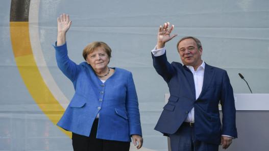 ميركل تحشد الدعم لمرشح حزبها عشية انتخابات ألمانيا
