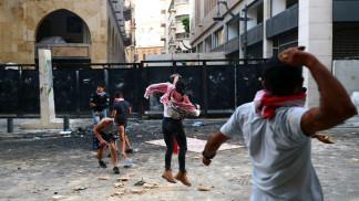 متظاهرون يرشقون الشرطة بالحجارة في احتجاجات مناهضة لحكومة لبنان