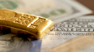 الذهب يصعد ويقترب من مستوى 1800 دولار مع تراجع العملة الأميركية
